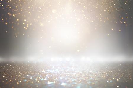 Abstrakter Funkelnsilber- und -goldlichterhintergrund. Defokussiert
