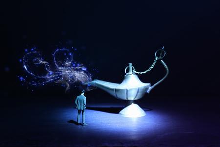Photo conceptuelle d'un homme d'affaires regardant la lampe d'Aladdin demandant un souhait Banque d'images