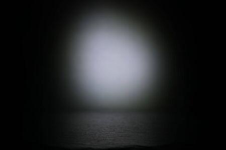 Scena astratta del pavimento concentrato scuro con riflettori e display