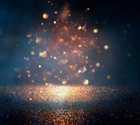 Schwarzgrund von abstrakten Glitzerlichtern. blau, gold und schwarz. de fokussiert Standard-Bild