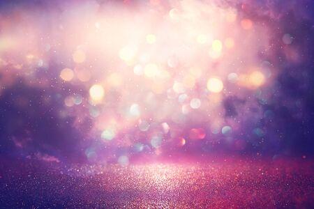 abstrait paillettes argent, violet, bleu et or fond de lumières. défocalisé