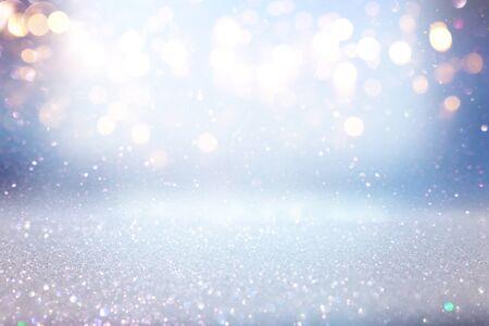 Hintergrund der abstrakten Glitzerlichter. blau, gold und silber. de fokussiert Standard-Bild