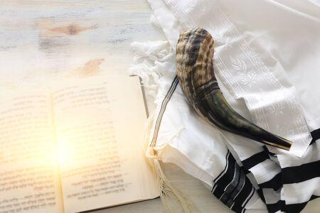 Religionsbild des Gebetsschals - Tallit, Gebetbuch und Shofar (Horn) jüdische religiöse Symbole. Rosh hashanah (jüdischer Neujahrsfeiertag), Schabbat- und Jom-Kippur-Konzept. Standard-Bild