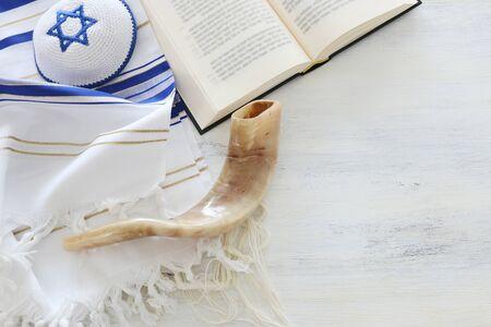 imagen de la religión del mantón de oración - Talit, libro de oración y símbolos religiosos judíos del Shofar (cuerno). Rosh Hashaná (fiesta de año nuevo judío), concepto de Shabat y Yom kipur. Foto de archivo