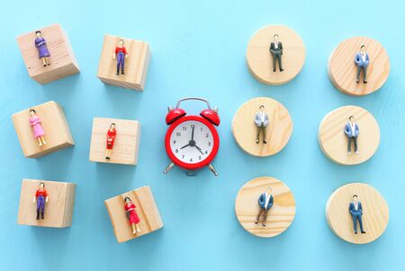 Business image of time management concept. Group of people and alarm clock, deadline and teamwork metaphor Banque d'images - 129648809