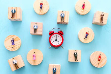 Business image of time management concept. Group of people and alarm clock, deadline and teamwork metaphor Banque d'images - 129648806