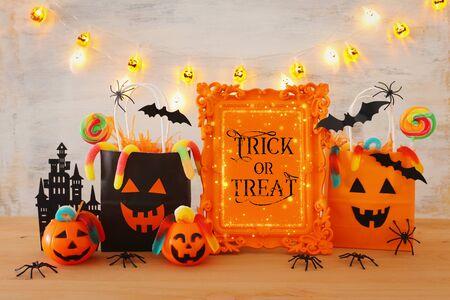 immagine vacanze di Halloween. Zucche, pipistrelli, dolcetti, sacchetti regalo di carta su un tavolo di legno