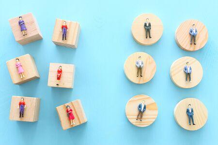 Konzeptbild der Gender Gap, Ein Mann und eine Frau sehen sich aus der Ferne an