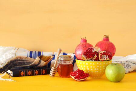 Religionsbild von Rosh hashanah (jüdischer Neujahrsfeiertag) Konzept. Traditionelle Symbole