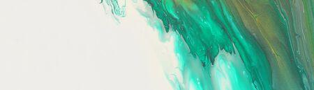 Kunstfotografie des abstrakten marmorierten Effekthintergrundes. Smaragdgrün, Weiß und Gold kreative Farben. Schöne Farbe.