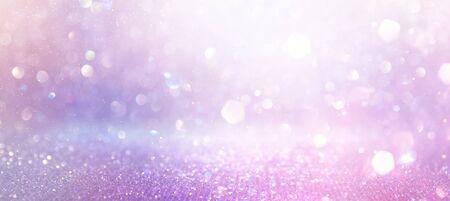 abstrakter Glitter rosa, lila und goldener Lichterhintergrund. defokussiert. Banner Standard-Bild
