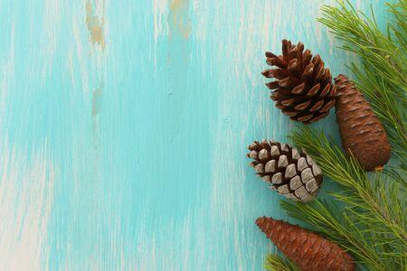 concepto de vacaciones de decoración de conos de pino para navidad Foto de archivo