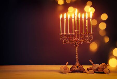Religionsbild des jüdischen Feiertags Chanukka-Hintergrund mit Menora (traditioneller Kandelaber) und dreidels