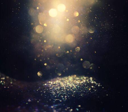 Fondo de luces de brillo abstracto. oro y negro. de enfocado