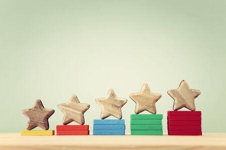 Geschäftskonzeptbild der Festlegung eines Fünf-Sterne-Ziels. Bewertung oder Ranking erhöhen, Bewertungs- und Klassifizierungsidee