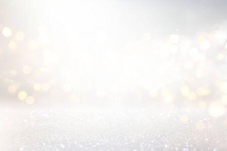 sfondo astratto di luci vintage glitterate. argento, oro e bianco. de-focalizzato