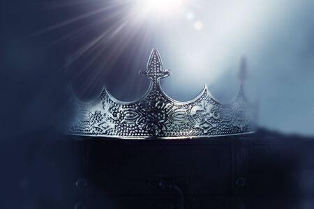 photo mystérieuse et magique de la belle couronne reine/roi sur fond sombre enneigé gothique. Concept de la période médiévale