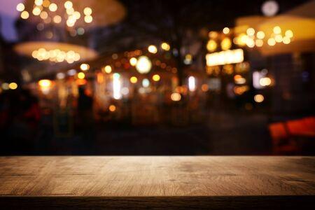 achtergrond Afbeelding van houten tafel voor abstracte wazige restaurantverlichting