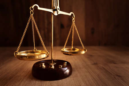 Vintage law scale over wooden table Stockfoto