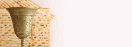 Passover background. Old Wine cup and matzoh (jewish holiday bread) 版權商用圖片