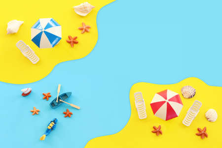 holidays top view image of tropical sea and beach chairs under umbrellas. Summer travel and vacation concept Standard-Bild