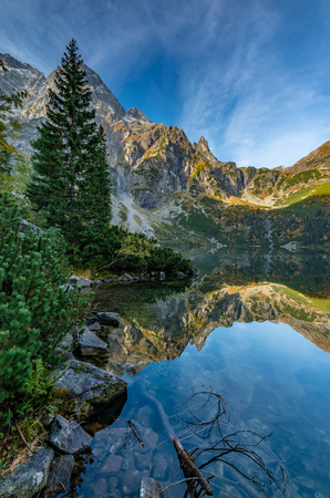 Tatra mountains, Morskie Oko lake, autumn morning, Poland Foto de archivo