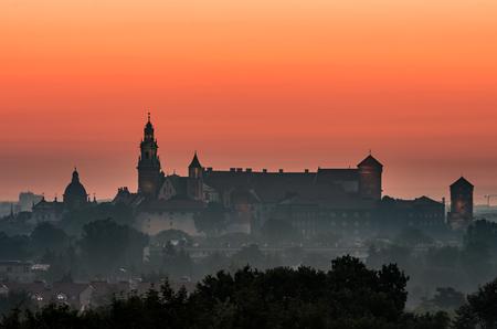 Krakow, Poland, Wawel castle silhouette at sunrise Banque d'images