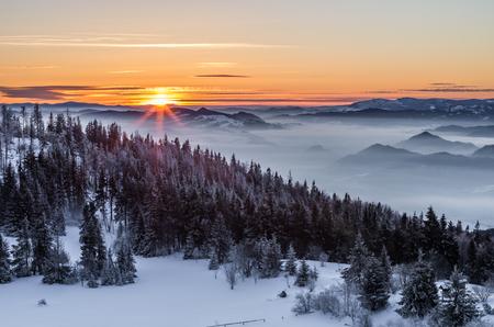 겨울 일출, 루반 피크, Gorce 산, 폴란드 스톡 콘텐츠 - 92829105