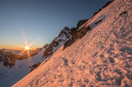 폴란드, 겨울 저녁에 Zawrat 패스에서 본 Swinica 피크 피크와 높은 Tatras 스톡 콘텐츠 - 92811844