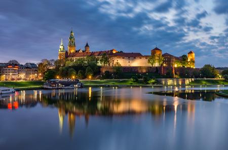 Château du Wawel à Cracovie, Pologne, vu depuis les boulevards de la Vistule le matin