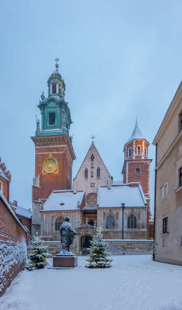 Wawel cathedral facade covered with snow on winter morning, Krakow, Poland 스톡 콘텐츠