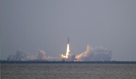 shuttle: 8 Juli 2011: Kennedy Space Center, FL: Space Shuttle Atlantis wist de lancering toren, rubriek voor het International Space Station op de laatste missie en de laatste vlucht van de ons Space Shuttle vloot (St-135).