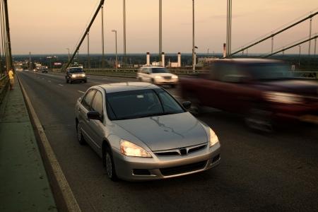 semaforo peatonal: Automóviles último modelo con una rueda pinchada detenido