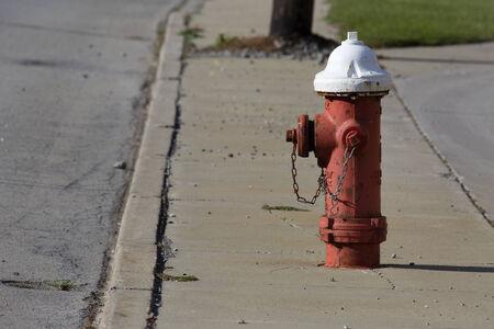 borne fontaine: Rouge et blanc feu peinte bouche montre debout sur une rue de ville