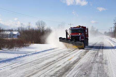 arando: Arado despejar un camino rural de la nieve fuera de Buffalo, Nueva York. Foto de archivo