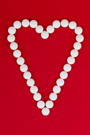Herz mit Pillen Standard-Bild - 26549547