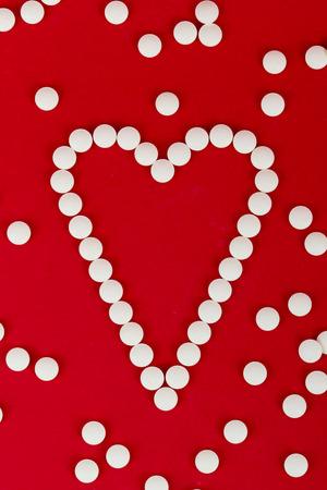 Herz mit Pillen Standard-Bild - 26549548