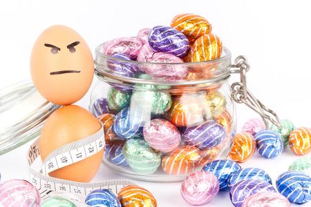 Wütend Ei zwischen Schokoladenostereier Standard-Bild - 26986111
