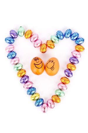 Heart mit Schokoladeneiern mit glücklichen Eier Standard-Bild - 26986119