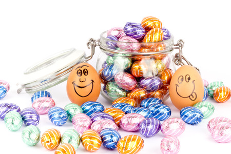 Glückliche Eier zwischen Schokolade Ostereier Standard-Bild - 26986120