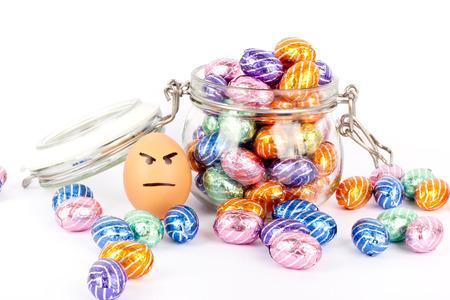 Wütend Ei zwischen Schokoladenostereier Standard-Bild - 26986121