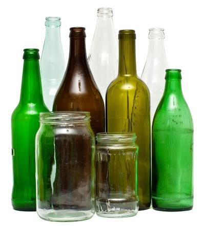 reciclar vidrio: Una variedad de botellas y frascos de vidrio, aislado en blanco. Foto de archivo