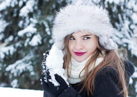 foxy girls: Ragazza che prepara una palla di neve per una lotta a palle di neve.