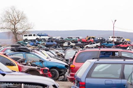 vehiculo antiguo: Apilados coches destruidos en el dep�sito de chatarra.