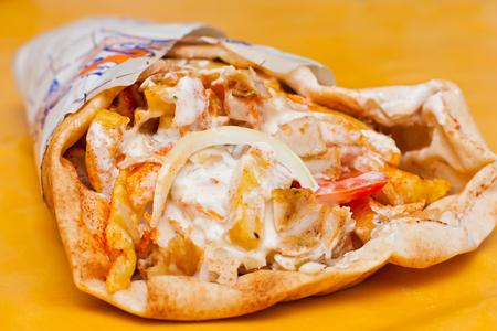 comida chatarra: Delicioso envuelto shawarma listo para comer.