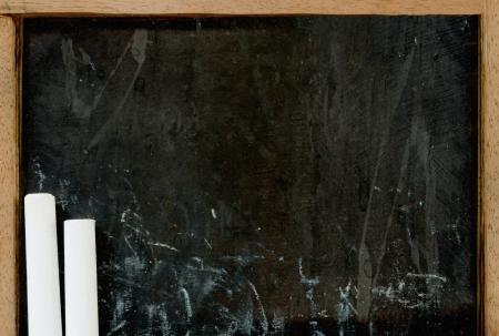 white chalks: Close-up de tizas de color blanco en la vieja pizarra vac�a Foto de archivo