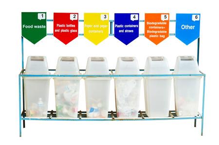 separacion de basura: 6 contenedores de basura para la separaci�n de la basura aislada sobre fondo blanco