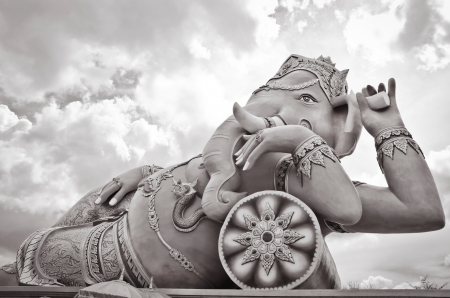 Big rose Ganesha statue en action relaxante photo