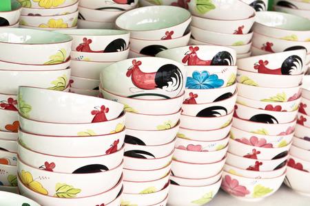 gallo: Tazón gallo de cerámica de Lampang en venta en el mercado local, Tailandia