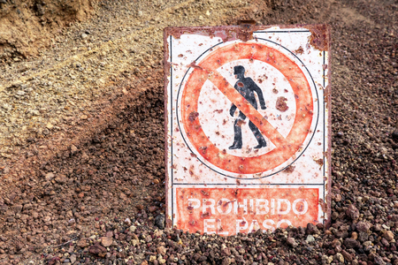 Sign with the Spanish text prohibido el paso (no trespassing) and a picture of a walker who has no access Stock Photo